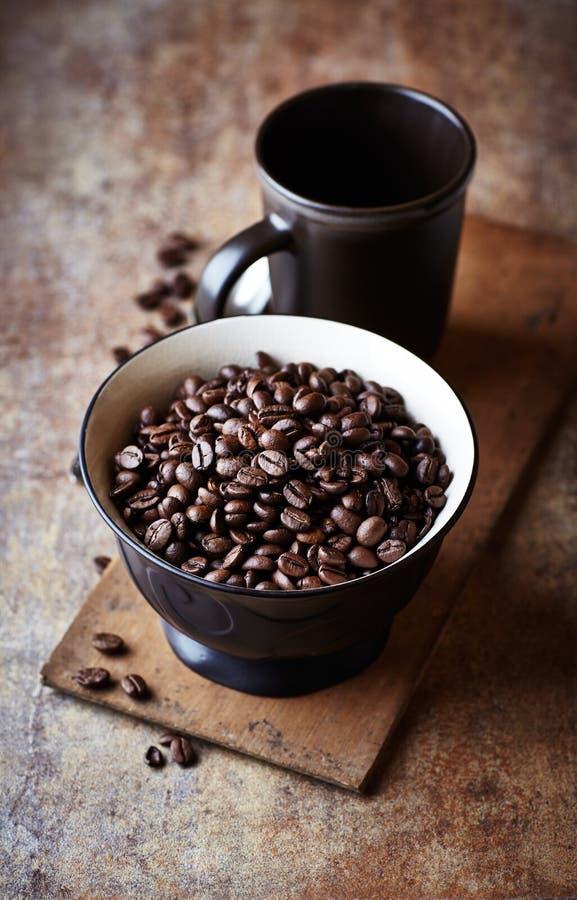 L'obscurité a rôti des grains de café dans une cuvette en céramique photos libres de droits