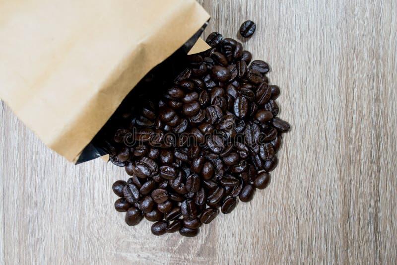 Grains de café de rôti images stock