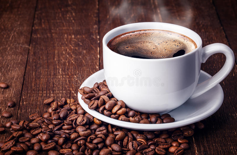Grains de café de tasse en bois photos stock