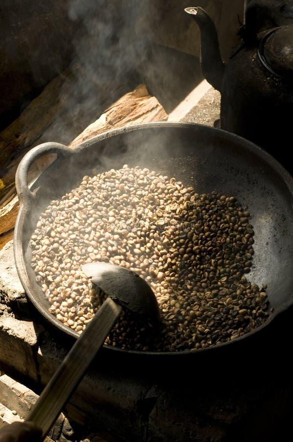Grains de café de torréfaction image stock