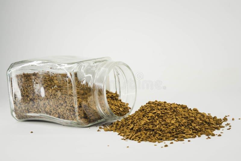 grains de café dispersés sur un fond noir photos libres de droits