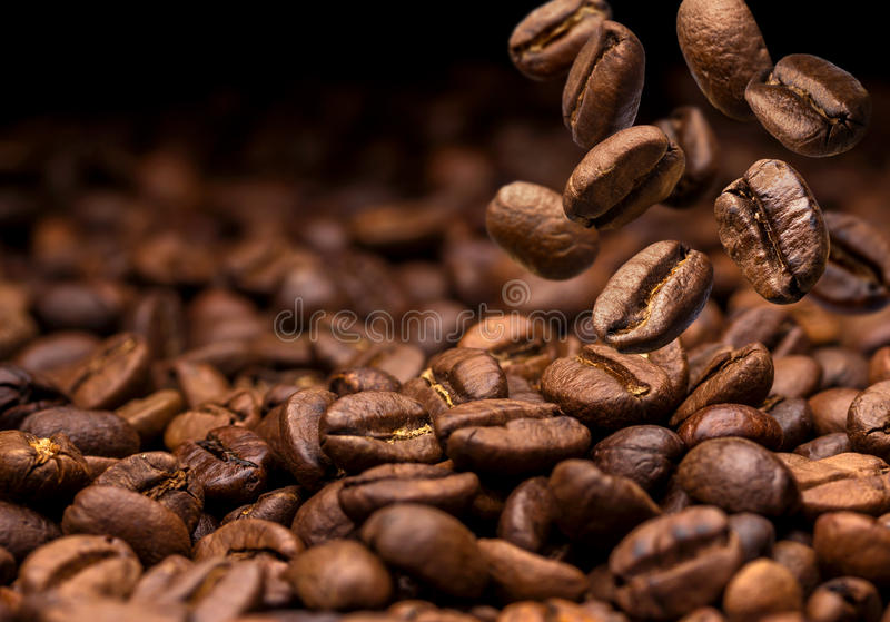 Grains de café en baisse Fond foncé avec l'espace de copie images libres de droits