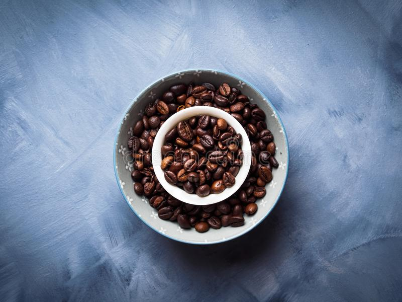 Grains de café entiers dans la cuvette images libres de droits
