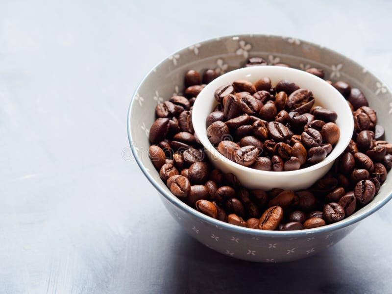 Grains de café entiers dans la cuvette photo libre de droits