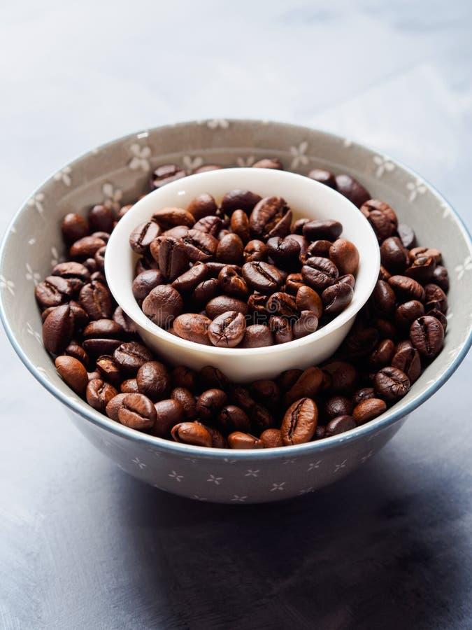 Grains de café entiers dans la cuvette photographie stock
