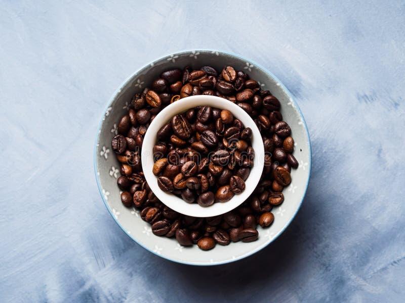 Grains de café entiers dans la cuvette image stock
