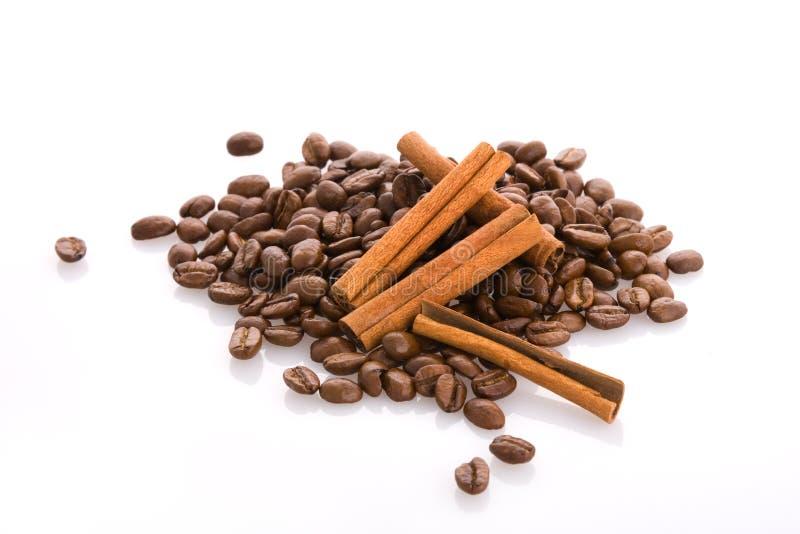 Grains de café et cannelle photos stock