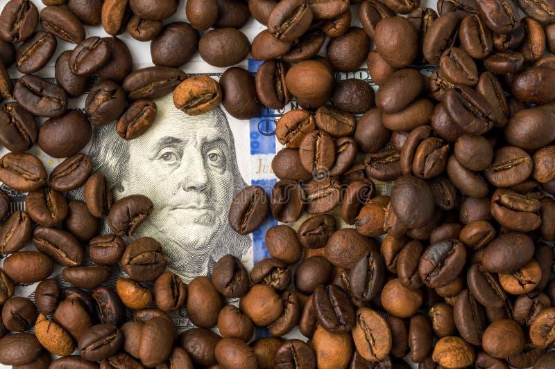 Grains de café et cent billets d'un dollar Fond rôti de grains de café Crayon lecteur, lunettes et graphiques photos stock