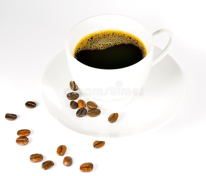 Grains de café et cuvette de café photographie stock