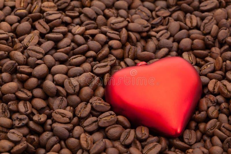 Grains de café et symbole d'amour photo stock