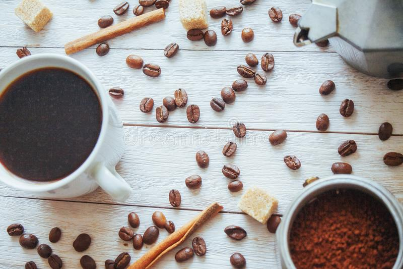 Grains de café et tasse de café sur la table sur le fond photo libre de droits