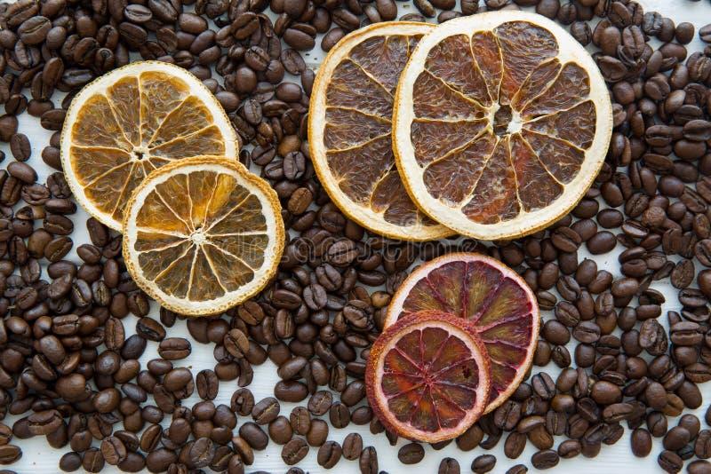 Grains de café et tranches sèches d'oranges Concept de Noël image stock