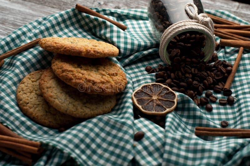grains de café faits maison de biscuits de l'encore-vie, tranches oranges, cannelle images stock