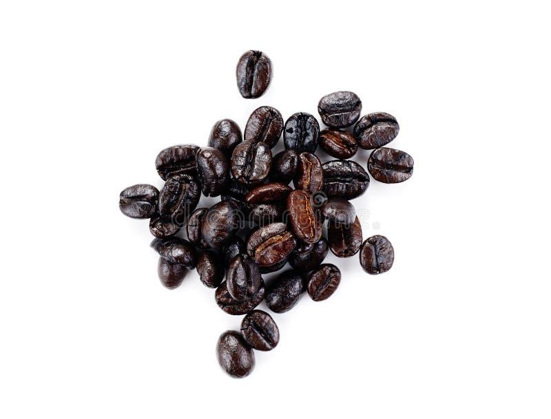 Grains de café frais d'isolement sur un fond blanc image stock