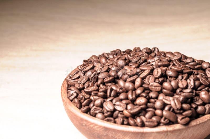 Grains de café frais Café dans une cuvette en bois photo stock