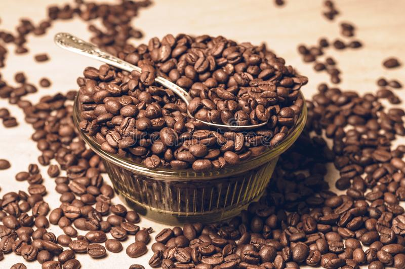 Grains de café frais Café dans une cuvette en bois photographie stock libre de droits
