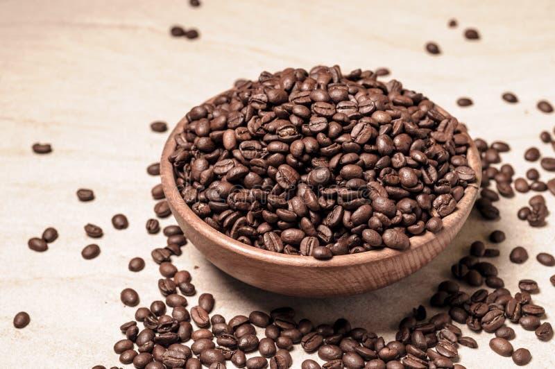 Grains de café frais Café dans une cuvette en bois images stock