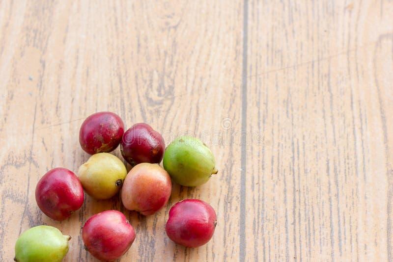 Grains de café frais sur la table en bois, fruit rouge avec l'addicti de caféine photos libres de droits