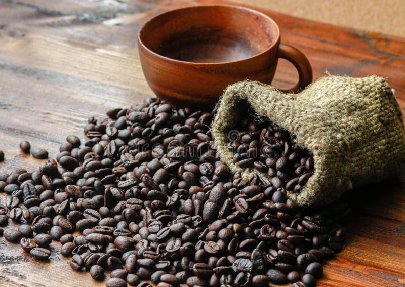 Grains de café placés sur le plancher en bois photos stock