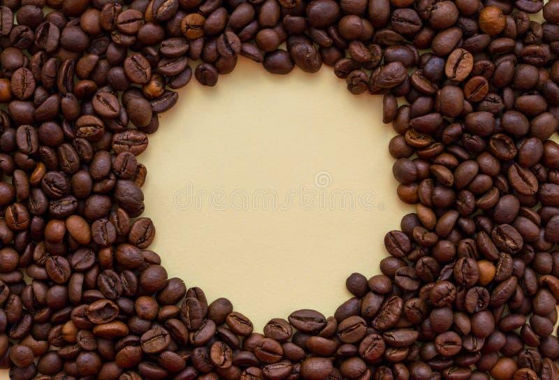 Grains de café rôtis avec l'espace de copie de cercle au milieu Concept de boissons d'arome photos stock