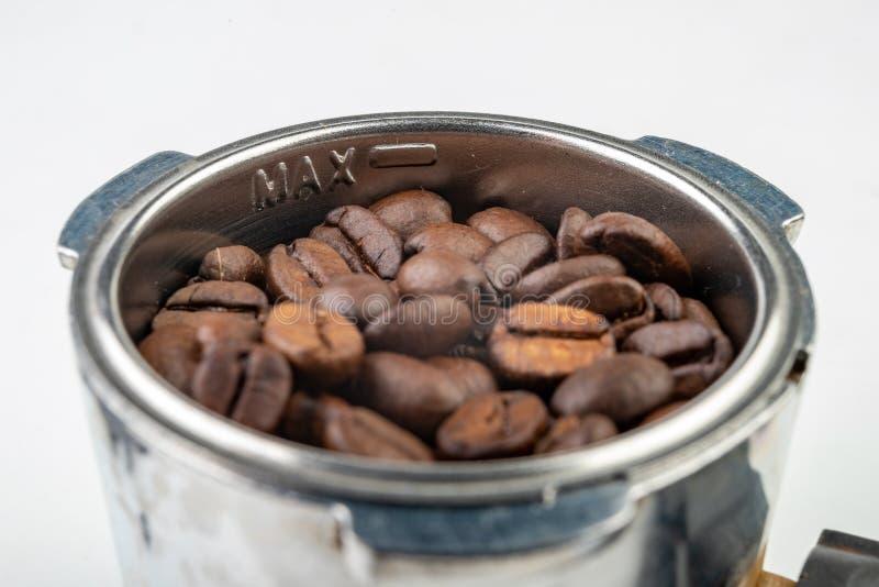 Grains de café rôtis noirs et un flacon de machine de café Accessoires à café images stock