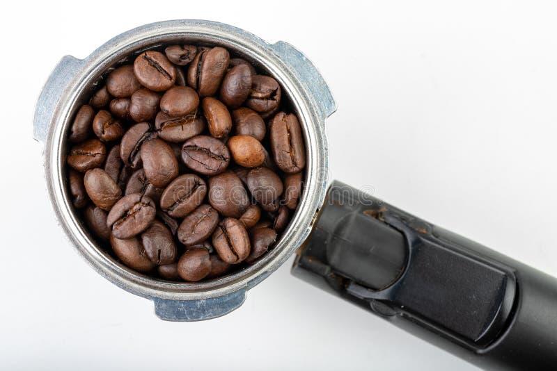 Grains de café rôtis noirs et un flacon de machine de café Accessoires à café images libres de droits