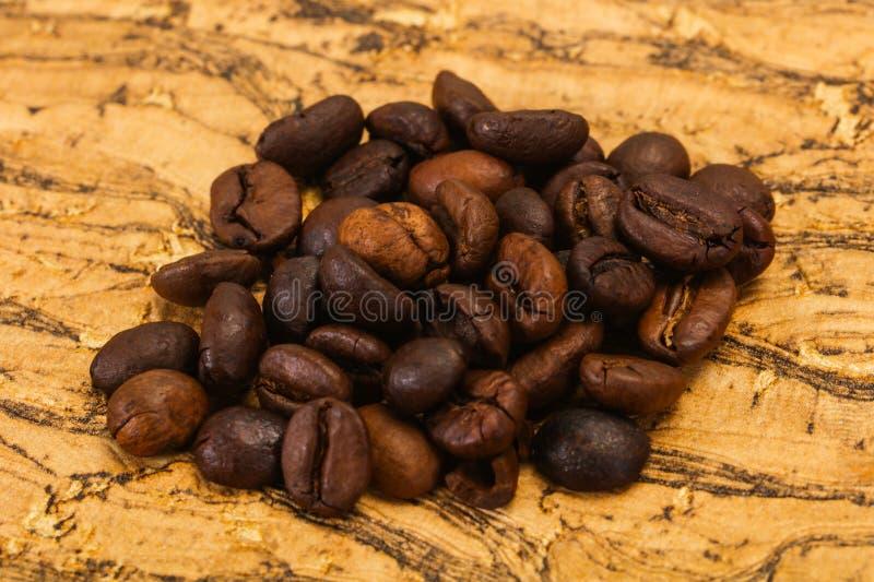 Grains de café rôtis pour la cuisson images stock