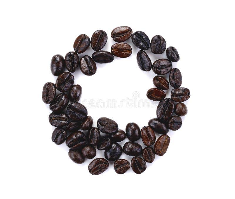 Grains de café rôtis d'isolement à l'arrière-plan blanc photographie stock libre de droits