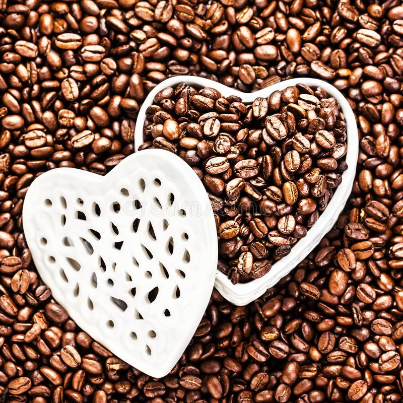 Grains de café rôtis dans une boîte en forme de coeur blanche chez Valentine D photographie stock libre de droits