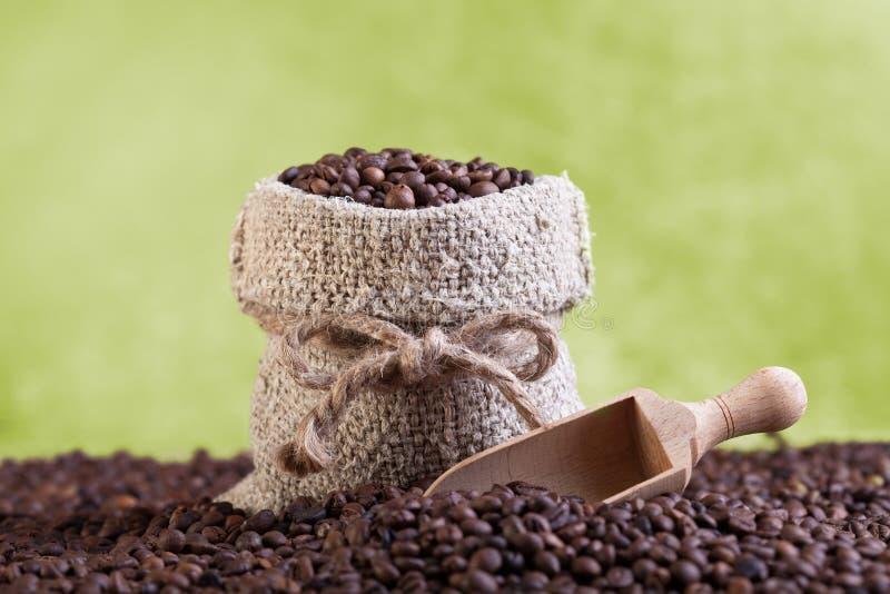 Grains de café rôtis frais dans le sac de toile de jute photo libre de droits