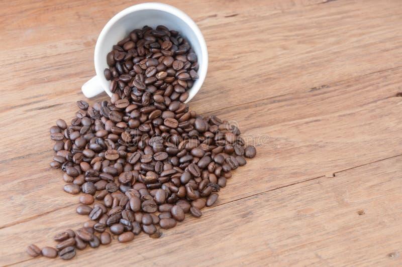 Grains de café rôtis sur la table en bois images libres de droits