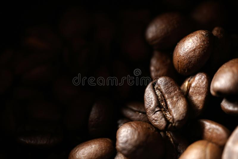 Grains de café de Rosted photos stock