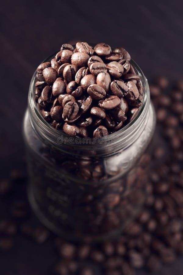 Grains de café se renversant d'un pot image stock