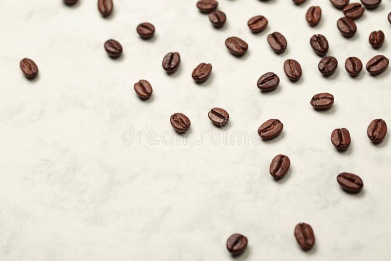 Grains de café sur la surface en pierre blanche photos libres de droits