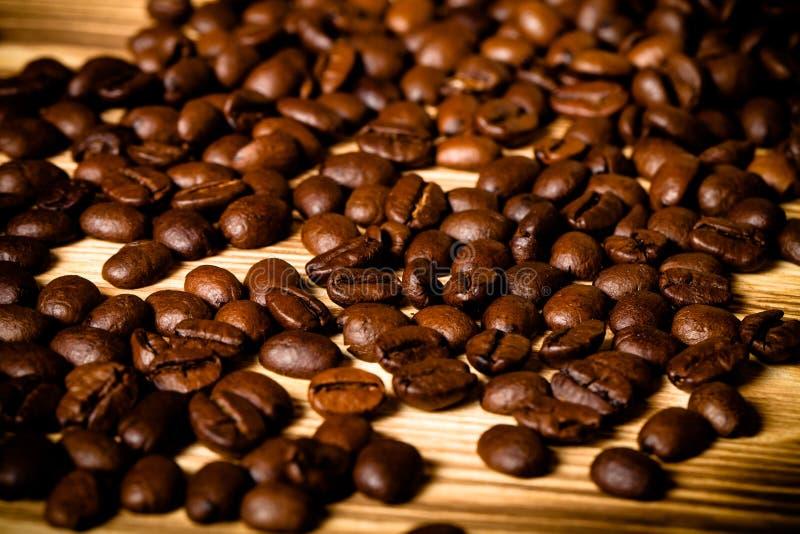 Grains de café sur la table en bois pour le fond Foyer sélectif À images stock