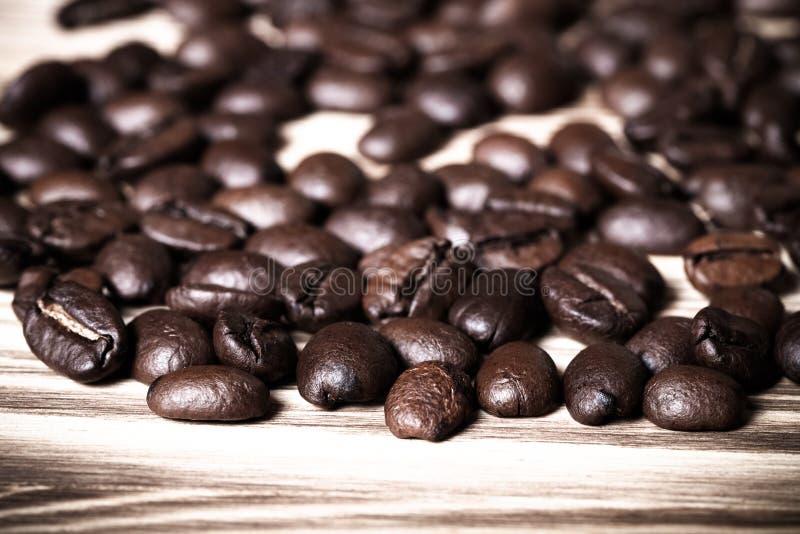 Grains de café sur la table en bois pour le fond Foyer sélectif À photographie stock