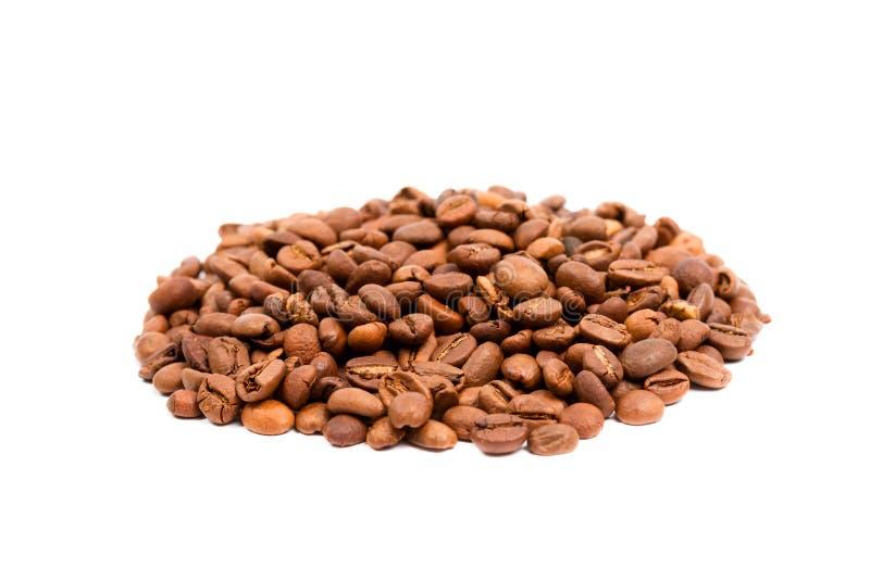 Grains de café sur le blanc image stock