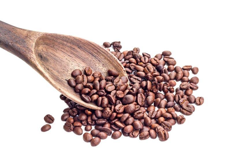 Grains de café sur le fond blanc image stock