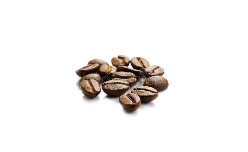 Grains de café sur le fond blanc images stock