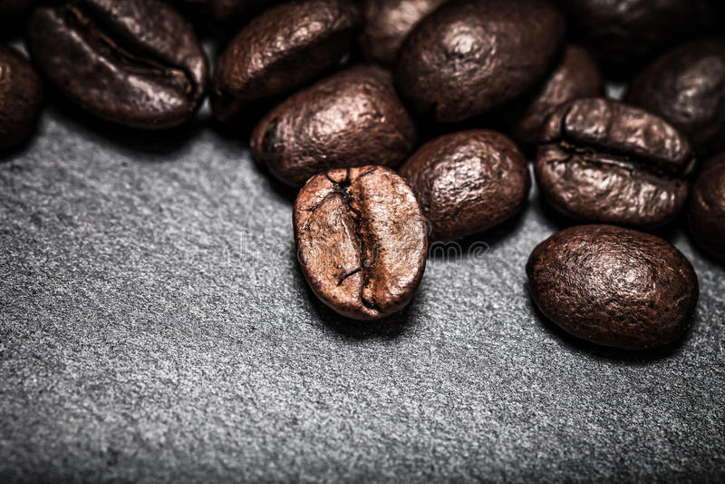 Grains de café sur le fond d'ardoise toned images libres de droits