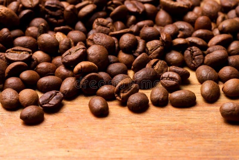 Grains de café sur le fond en bois photographie stock libre de droits
