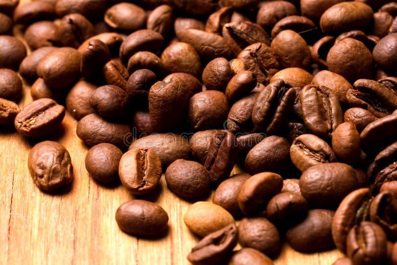 Grains de café sur le fond en bois images libres de droits