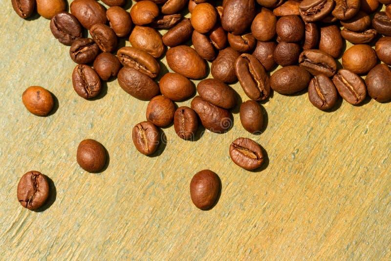 Grains de café sur le fond en bois photos stock