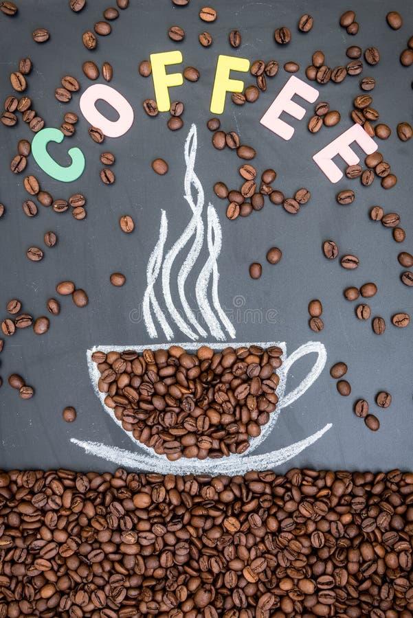 Grains de café sur le fond noir images libres de droits