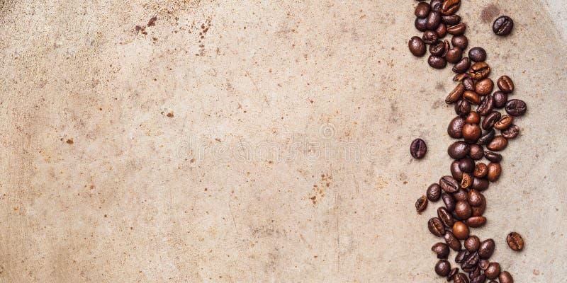 Grains de café sur le fond texturisé photographie stock libre de droits