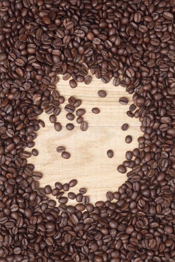 Download Grains De Café Sur Un Fond En Bois Image stock - Image du beige, goût: 45360179