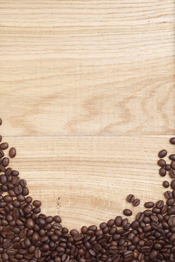 Download Grains De Café Sur Un Fond En Bois Photo stock - Image du coeur, énergie: 45360180