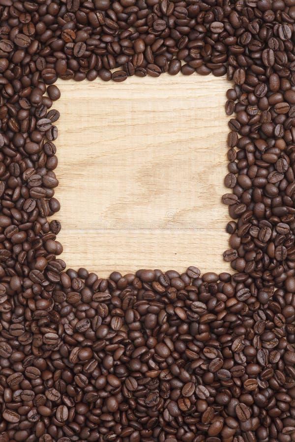 Download Grains De Café Sur Un Fond En Bois Photo stock - Image du énergie, caféine: 45360200