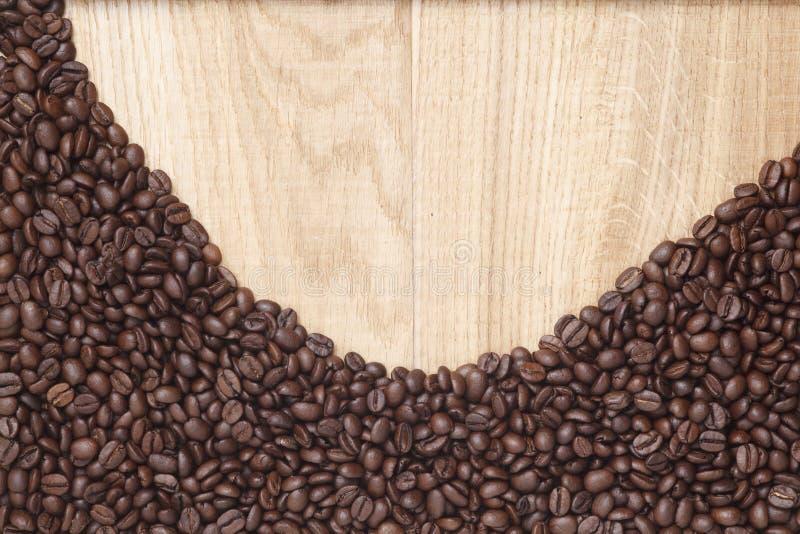 Download Grains De Café Sur Un Fond En Bois Image stock - Image du foncé, coeur: 45360225