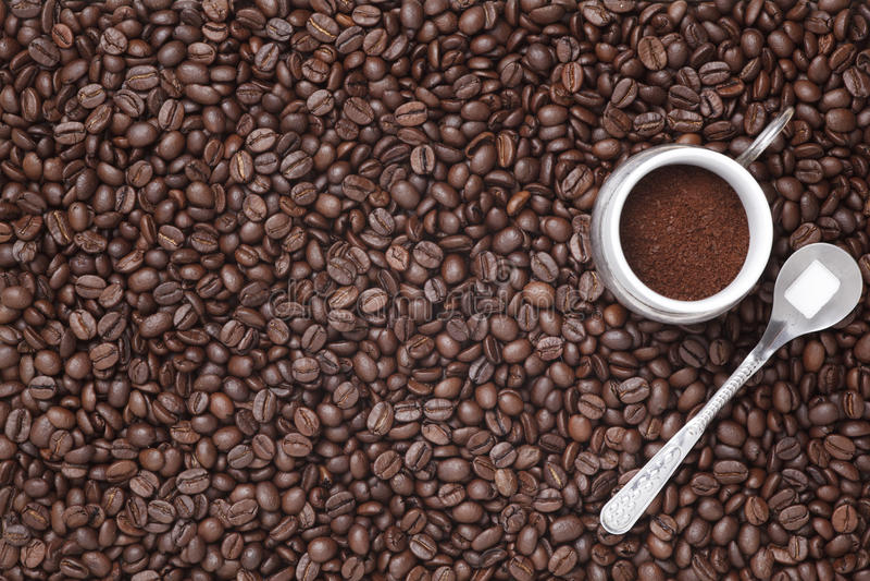 Download Grains De Café Sur Un Fond En Bois Photo stock - Image du table, café: 45360228